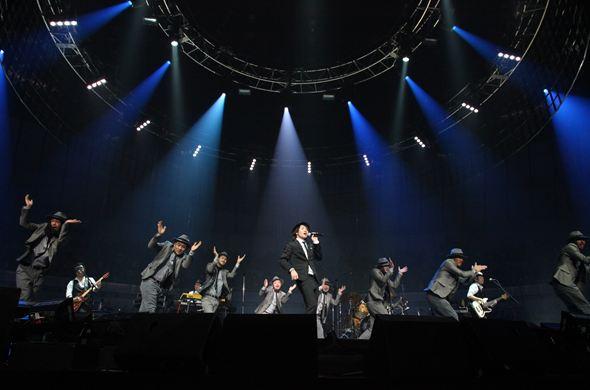ライブで歌うナオト・インティライミ(帽子)