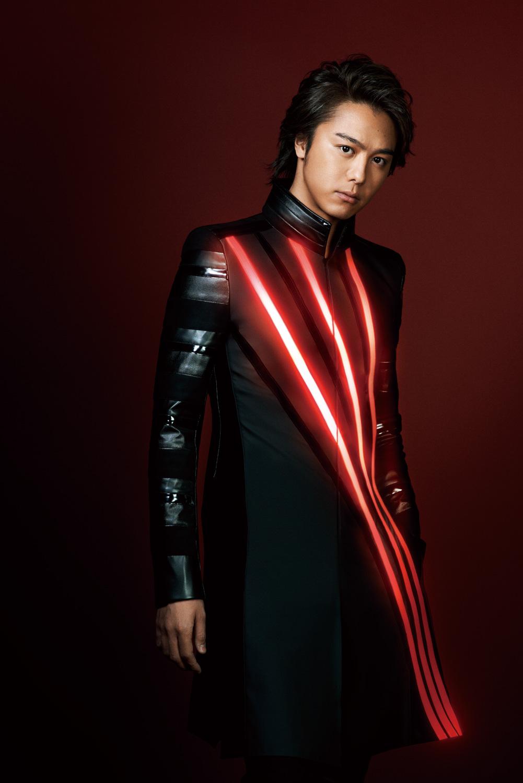赤いラインの入った黒い衣装を着ているEXILEのTAKAHIROの画像